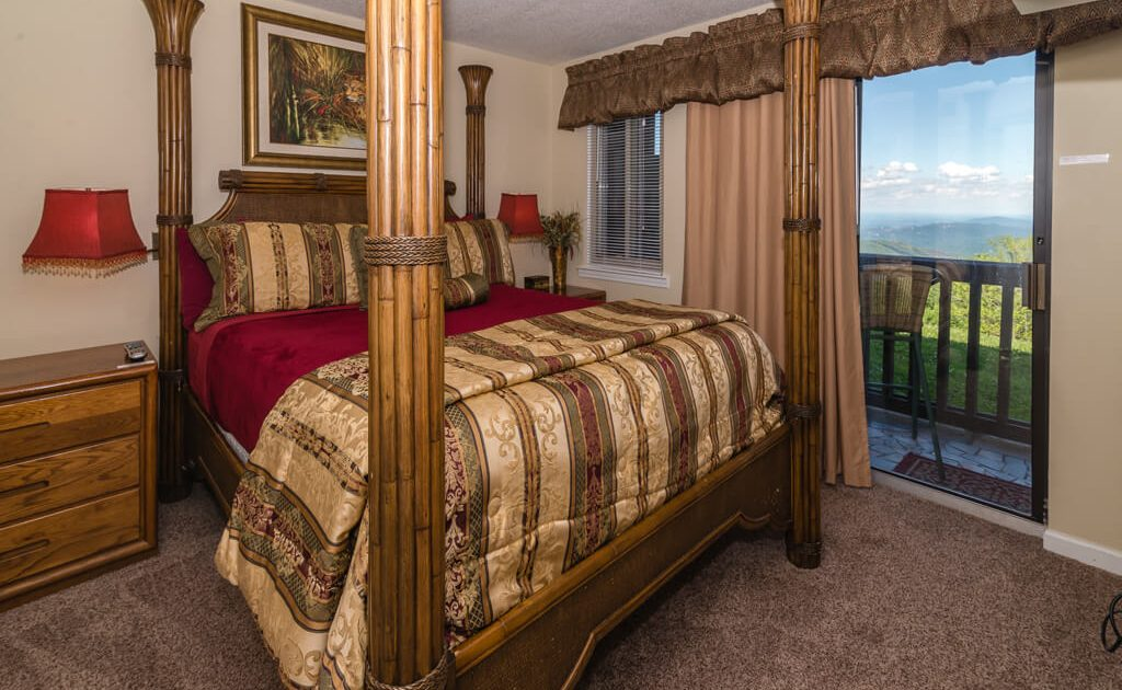 Cozy queen pillowtop mattress with 1800 TC sheets. Awesome Mountain view!